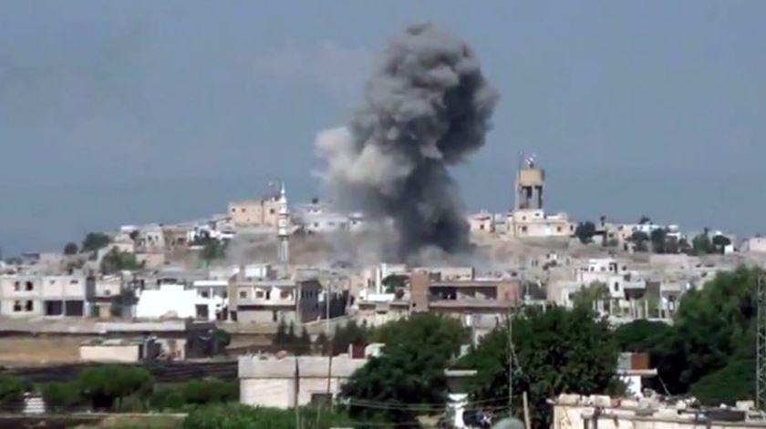 Ataques em Aleppo. Cresce a esperança de que esta imagem não voltará a repetir-se. Foto: EPA