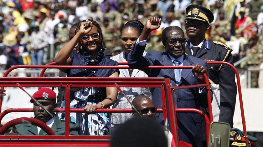 Mugabe toma posse e torna-se o líder africano mais idoso no poder