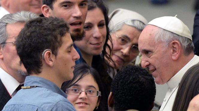 Papa recebe em audiência milhares de cegos e de surdos