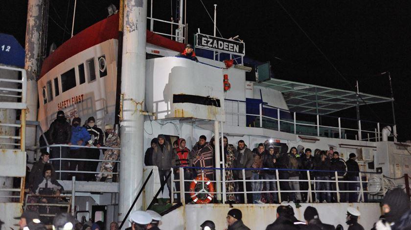 Um navio ocm 450 migrantes chega a Itália. Foto: Francesco Arena/EPA