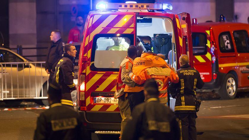 Série de ataques em Paris faz dezenas de mortos