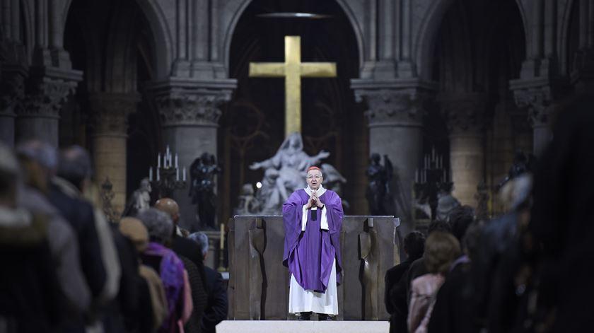 Homenagem junta milhares na catedral de Notre Dame