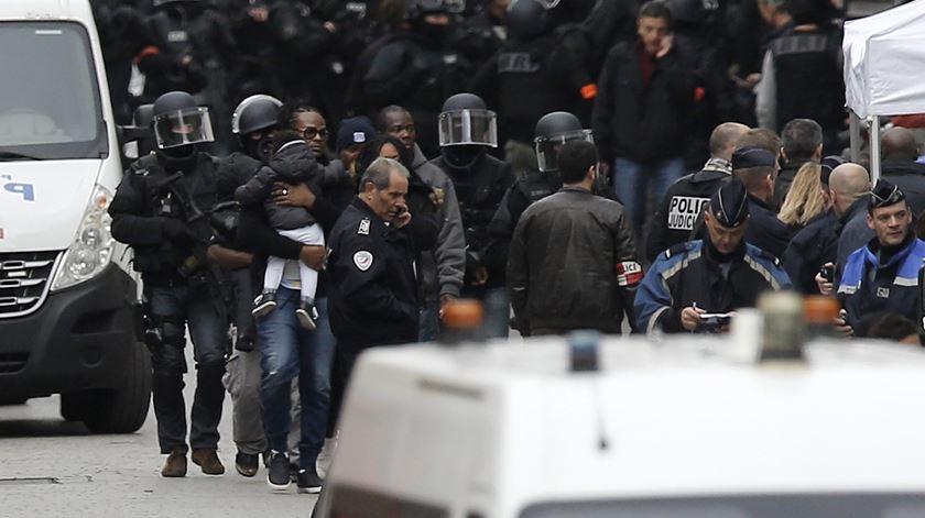 Testemunhas descrevem tiroteios em Saint-Denis