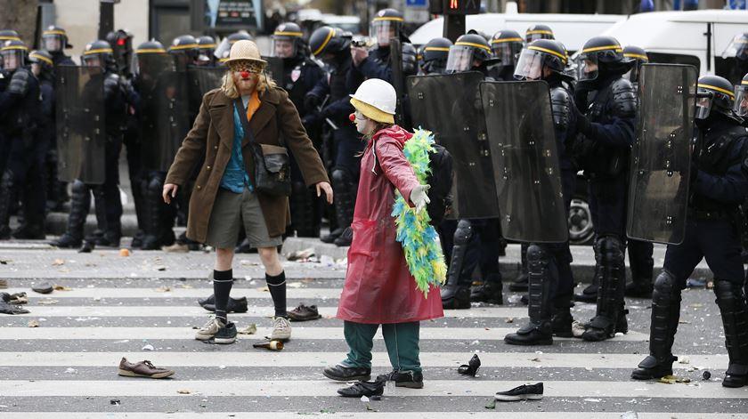 """Paris. Da """"manifestação"""" de sapatos a confrontos com a polícia"""