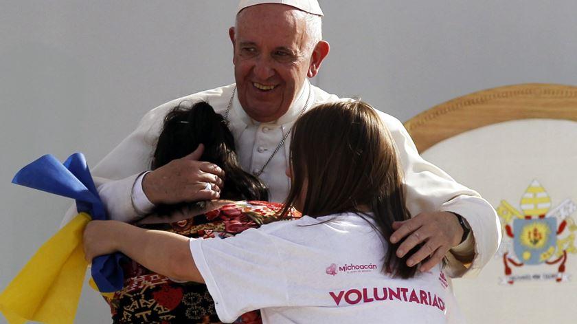 Papa encoraja jovens a enfrentar as ameaças da droga e do crime