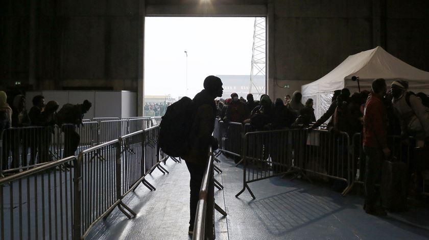 """Adeus à """"Selva"""". Migrantes retirados de Calais"""