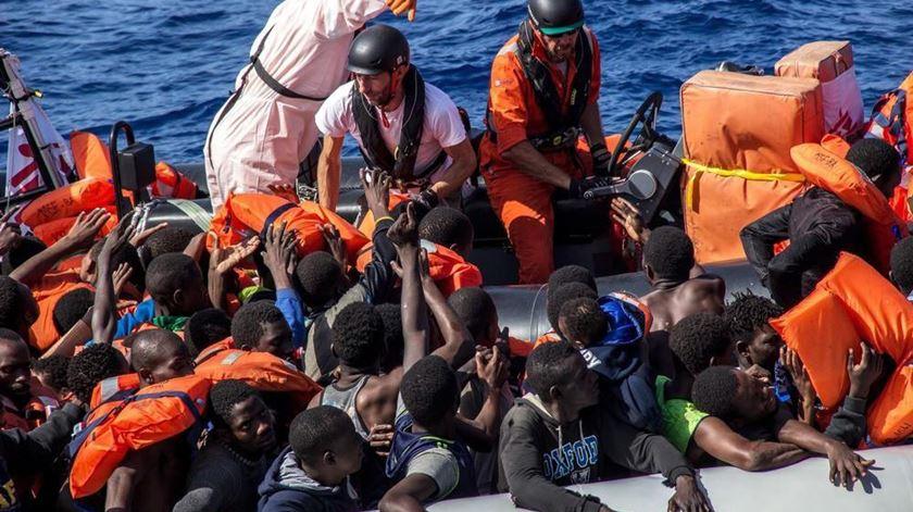 Nova operação italiana salva 550 migrantes no Mediterrâneo