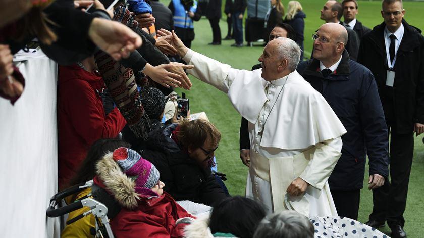 Papa despede-se da Suécia com elogio à santidade