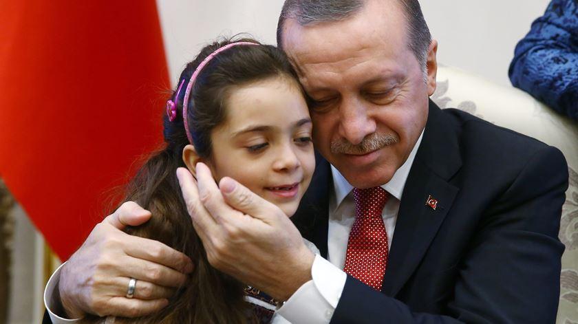 Menina síria que relatou cerco a Alepo abraçada pelo Presidente turco