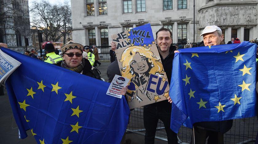 """Opositores do """"brexit"""" festejam a notícia à porta do Supremo. Foto: Facundo Arrizabalaga/EPA"""