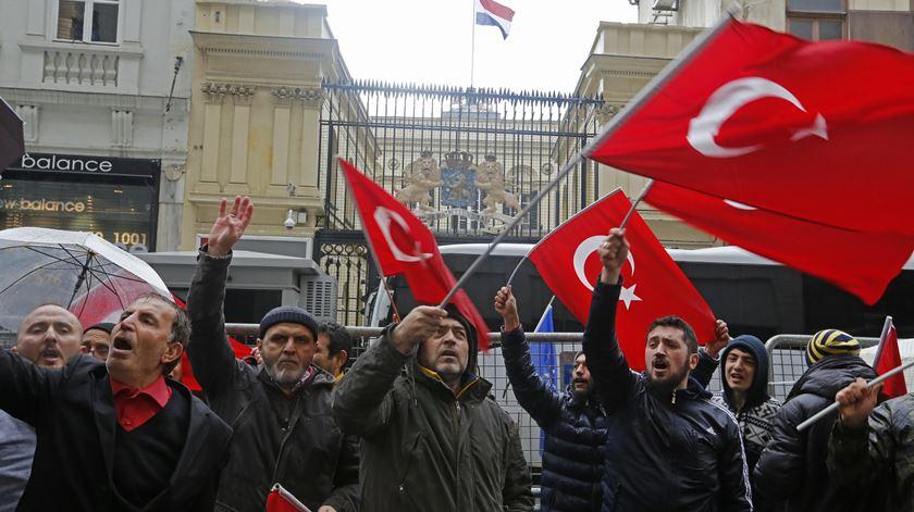 Têm-se sucedido os protestos contra a Holanda na Turquia. Foto: EPA