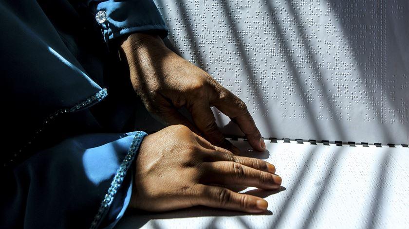 Alunos cegos fazem exames nacionais com 30 páginas em braille
