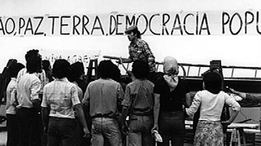 """Fernando Cardoso na peça de teatro """"A terra a quem a trabalha"""". Luxemburgo, Julho de 1974"""