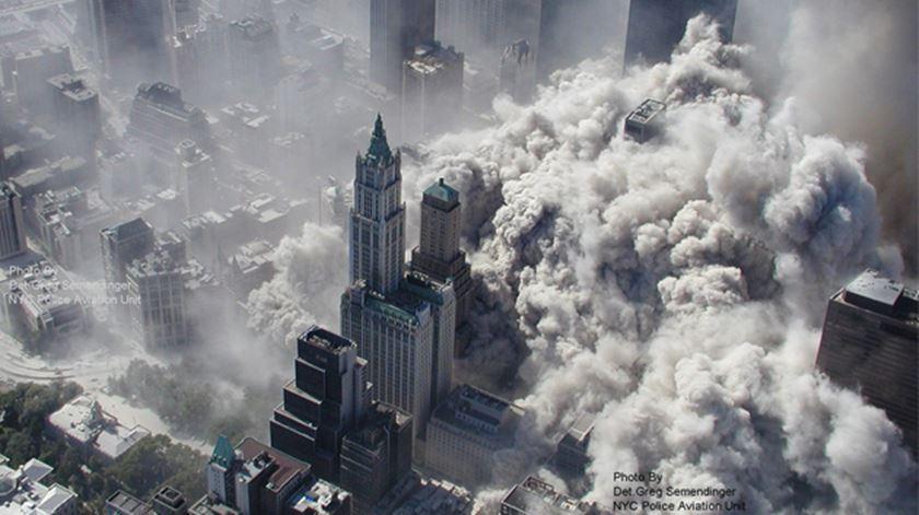 A 11 de setembro de 2001, dois aviões colidiram com as torres gémeas do World Trade Center, que ruíram minutos depois.