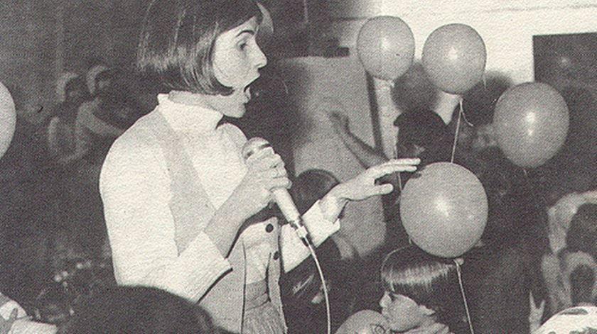 1979. Lena entre as crianças, um dos seus muitos públicos