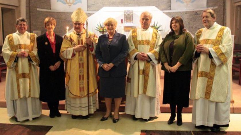 Ex-bispos anglicanos e suas mulheres aquando da ordenação como padres católicos. Keith Newton à esquerda. Foto: James Bradley