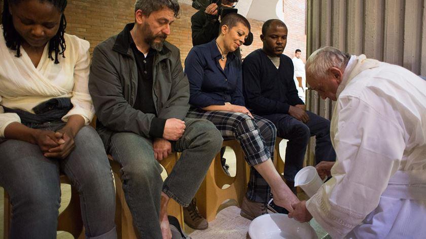 Em 2015, Francisco lavou os pés de prisioneiros. Foto: DR