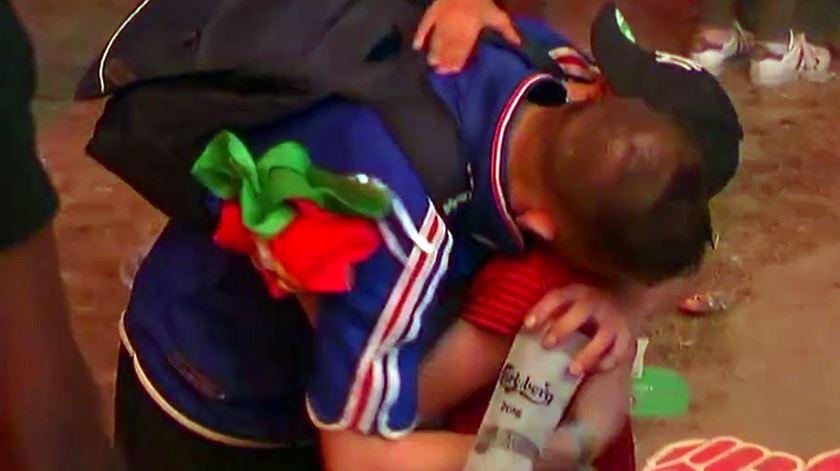Criança adepta de Portugal consola francês em lágrimas