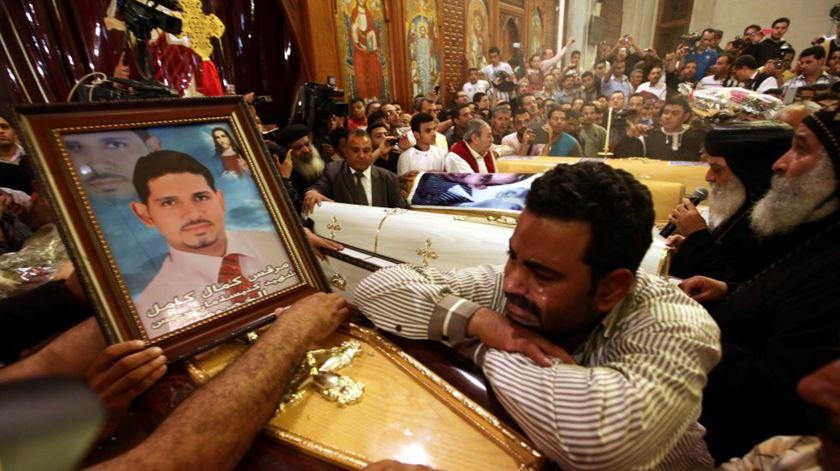 Coptas choram os seus mortos, no Egito. Foto: DR