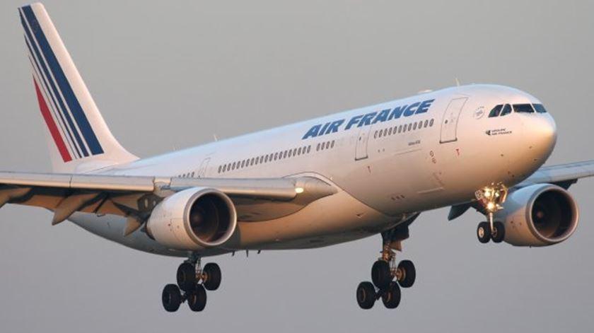 Aviões da Air France desviam rota após ameaça telefónica