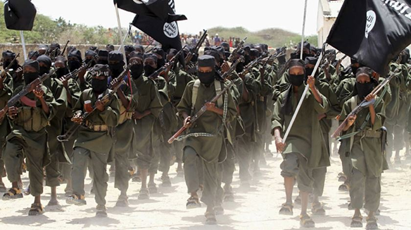 Terroristas atacam base aérea usada por americanos no Quénia