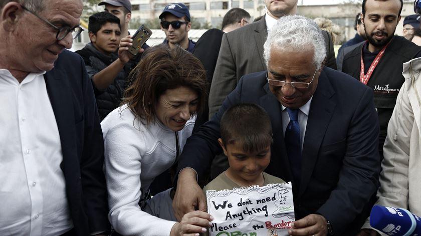 """Costa visita campo de refugiados grego. """"São bem-vindos em Portugal"""""""