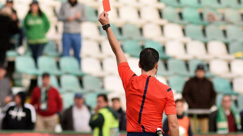 Quase todos os árbitros de primeira categoria pedem dispensa dos jogos da próximas jornada. Foto: Rui Minderico/Lusa