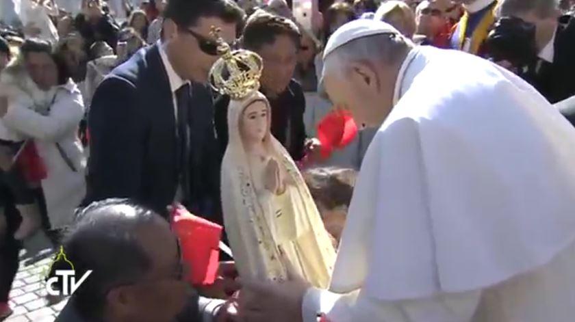 Peregrinos chineses surpreendem Francisco com imagem de Nossa Senhora de Fátima