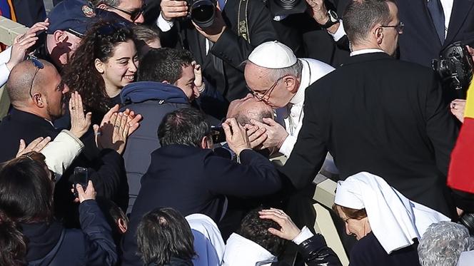 Papa faz paragem imprevista antes da missa inaugural do pontificado