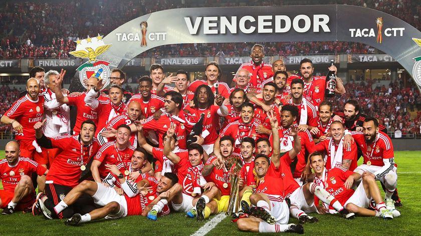 Celebração e êxtase na hora de erguer a sétima Taça da Liga. Foto: Lusa