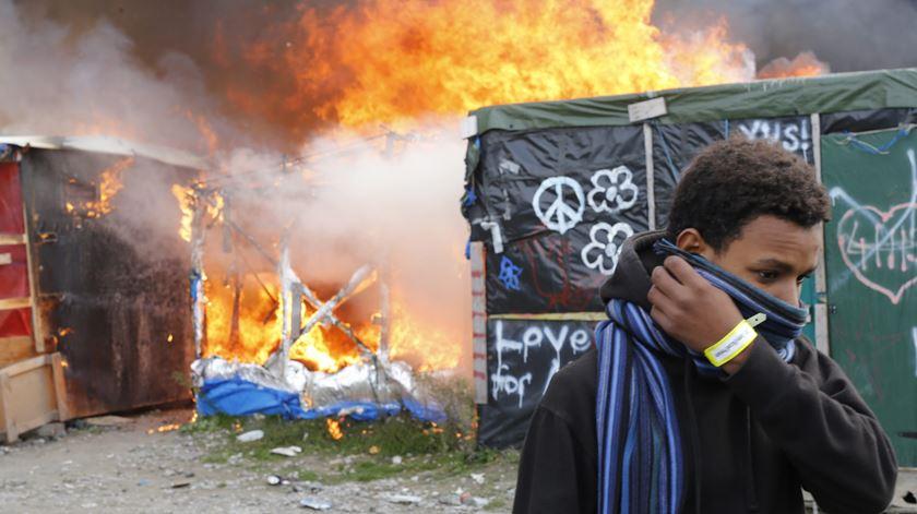 """Algumas estruturas da """"Selva"""" foram alvo de fogo posto. Foto: Thibault Vandermersch/EPA"""