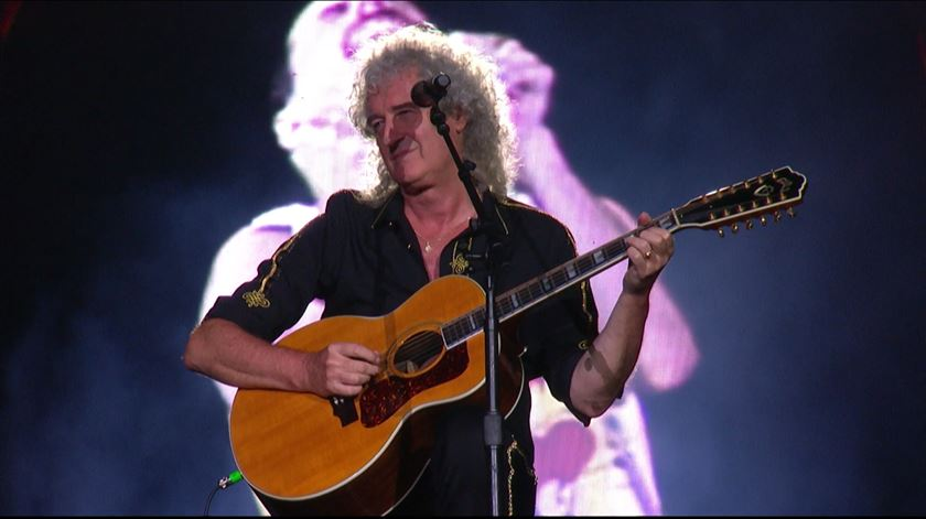 "Impressionante: 85 mil pessoas cantam ""Love of My Life"" com Brian May"