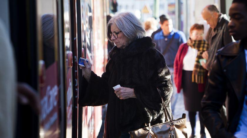 O preço dos bilhetes dos transportes públicos vai aumentar num máximo de 2,5%. Foto: Joana Bourgard/RR