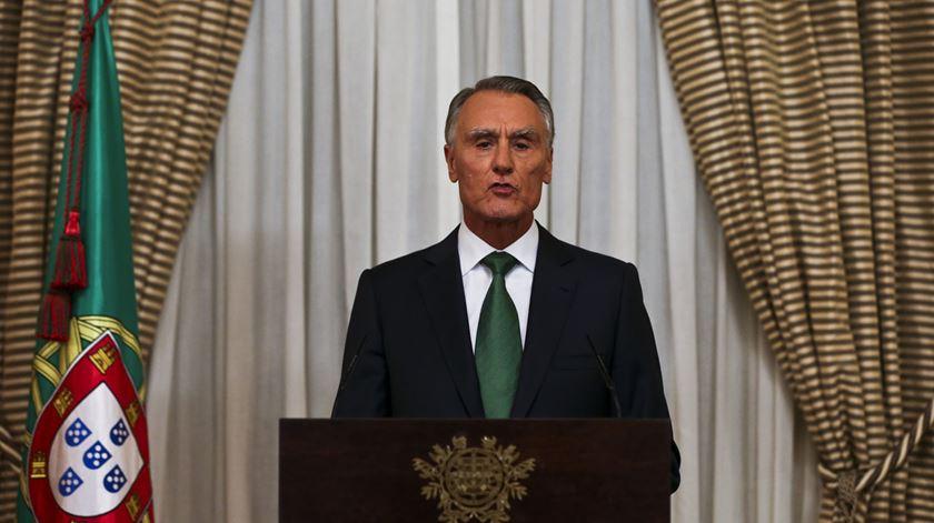 """Cavaco convida Passos a procurar """"solução governativa"""" estável"""