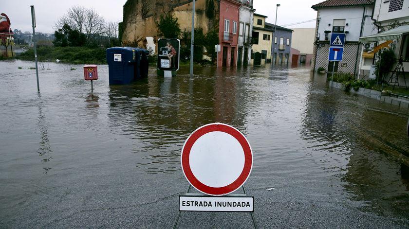 Mau tempo piora no Centro e Sul e há cinco rios que podem transbordar