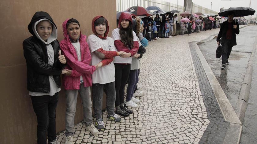 Alunos de um colégio em Leiria fazem cordão humano em protesto contra o fim dos contratos de associação. Foto: Paulo Cunha/Lusa