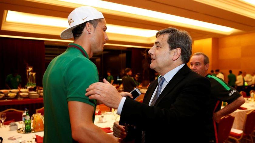 Cristiano Ronaldo e Fernando Gomes a caminho de um abraço. Foto: Francisco Paraíso/FPF