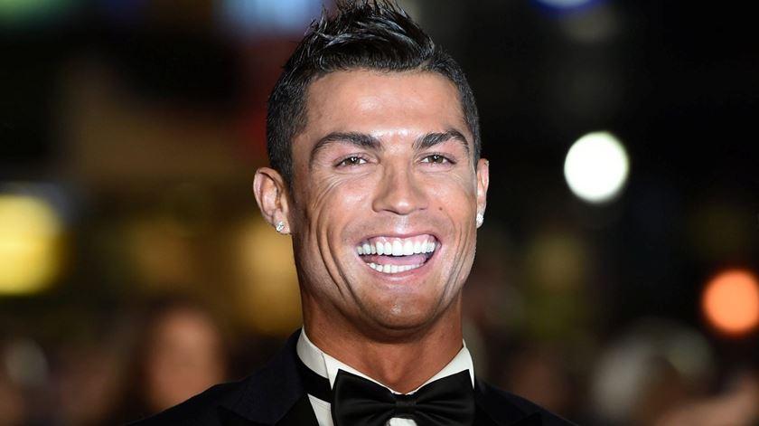 Da piscina ao cão de loiça. Ronaldo mostra casa aos fãs
