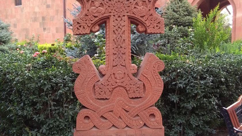 Os Khachkar, cruzeiros típicos do Cristianismo arménio, pontuam todo o país. Foto Filipe d