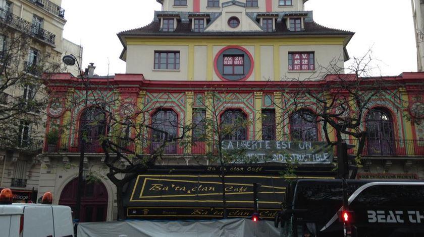 Renascença em Paris. Faixa negra sobre o Bataclan