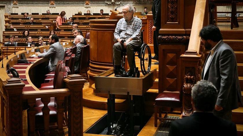 Queda ocorreu quando parlamentar subia ao púlpito. Foto: Mário Cruz/Lusa