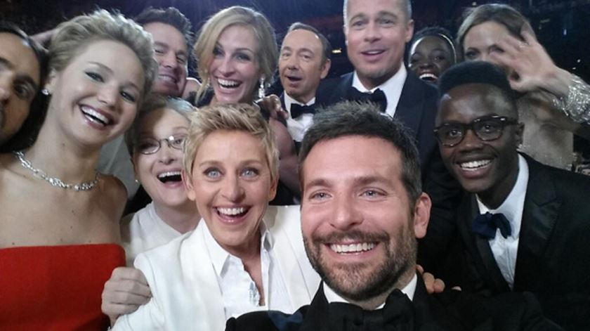 "Ellen DeGeneres na ""selfie"" com vários atores. Foto: EPA"