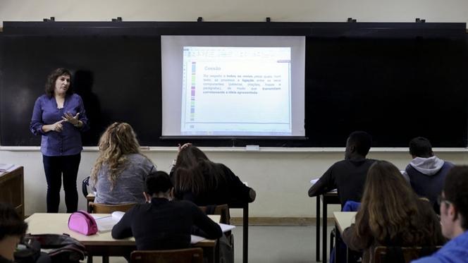 Alunos têm muitas horas de aulas, programas longos e turmas grandes