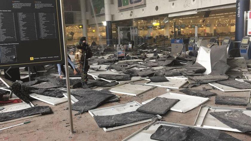 Dupla explosão no aeroporto de Bruxelas faz várias vítimas