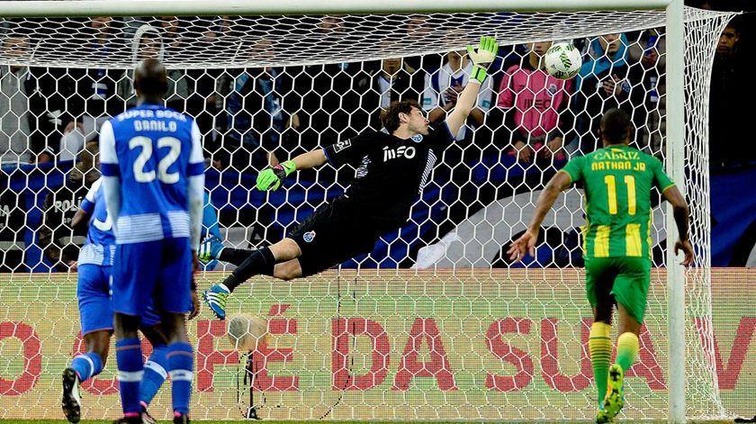 Casillas impotente para parar remate certeiro do Tondela. Foto: Fernando Veludo/Lusa