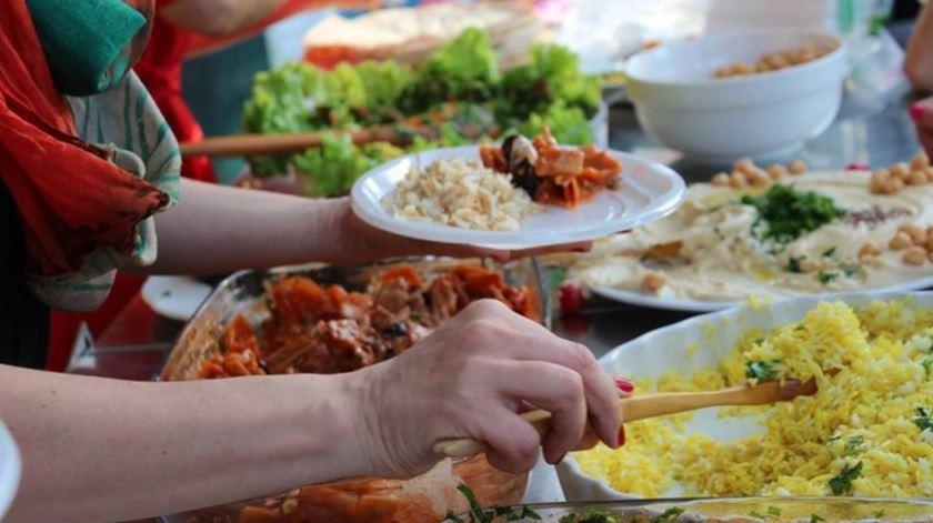 Iniciativa junta famílias de origens diferentes à mesa. Foto: Fundação EDP