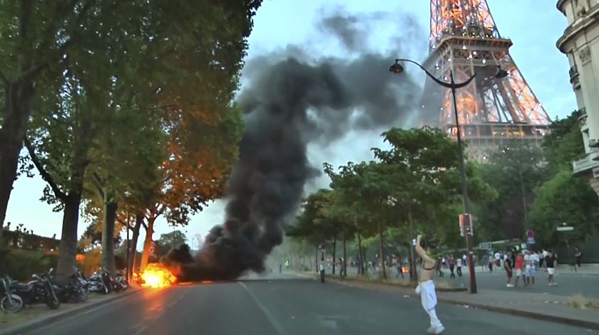 "Adeptos incendeiam scooters à porta da ""fan zone"" de Paris"