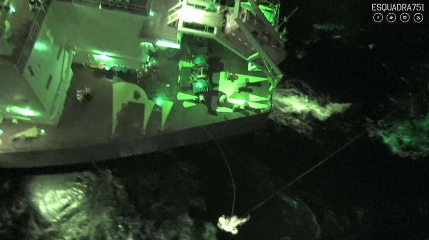 Força Aérea resgata homem de navio sob condições atmosféricas adversas