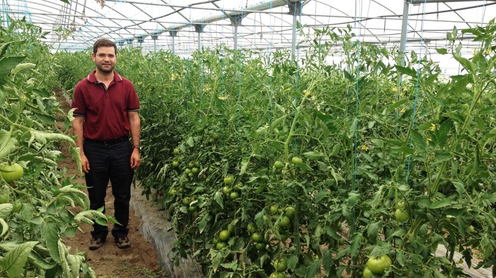 Padre tornou-se agricultor para ajudar comunidade