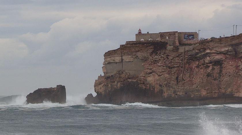 Maior onda do mundo atrai turistas à Nazaré há cinco anos